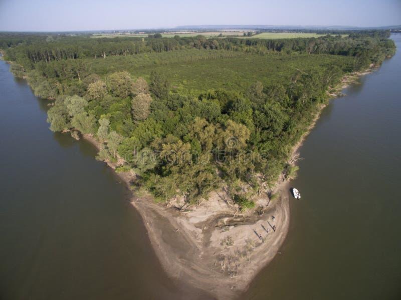 Ö i Danube River från över arkivbild