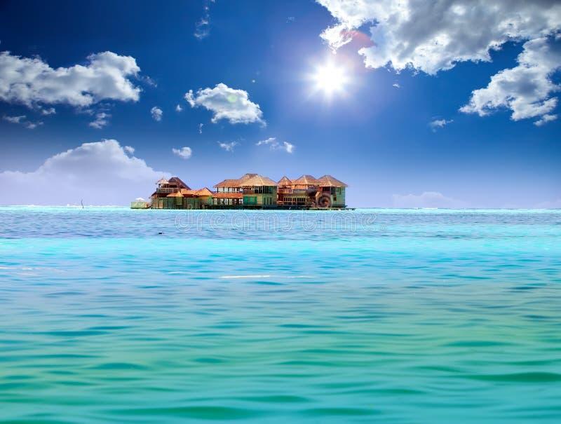 Ö i havet, overwatervillor. Tropiskt landskap för hav i en solig dag royaltyfri foto