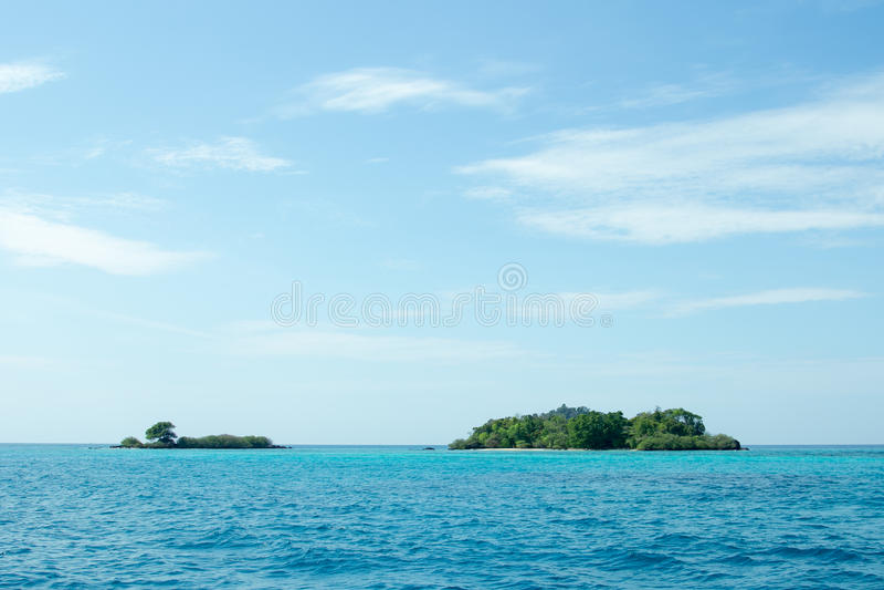 Ö med blå himmel royaltyfri foto