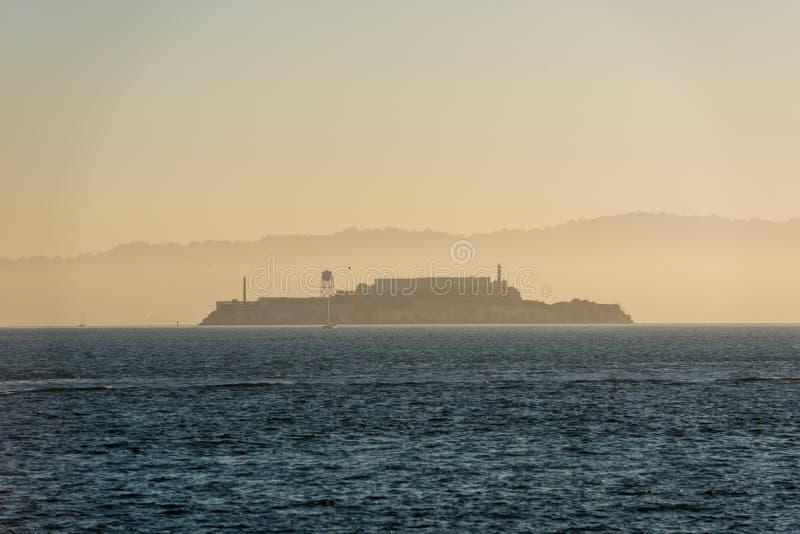 Ö- och Alcatraz fängelse på soluppgång från fortpunkt, San Francisco royaltyfria foton