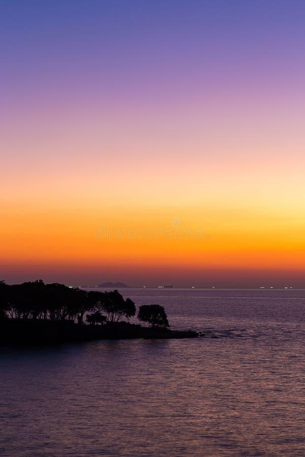 Ö och hav i solnedgångtid arkivbilder