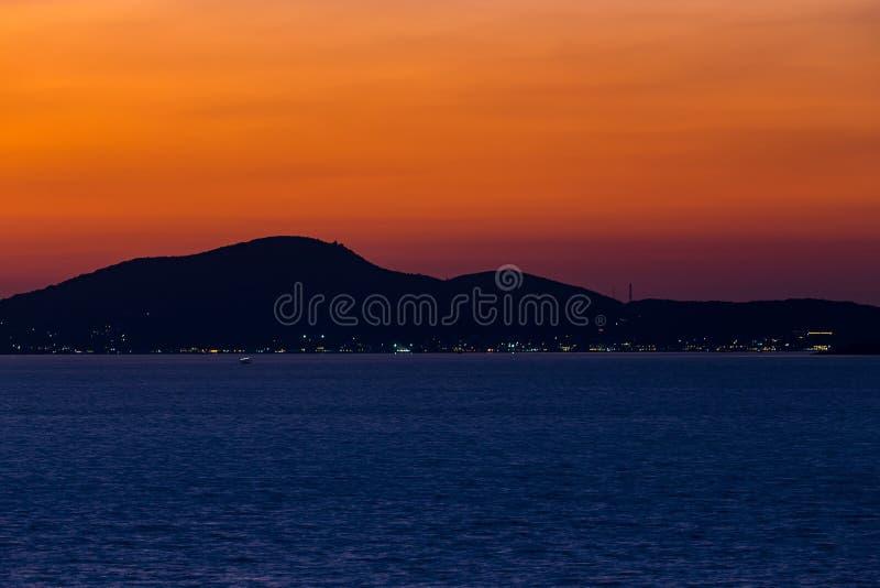 Ö och hav i solnedgångtid royaltyfria bilder