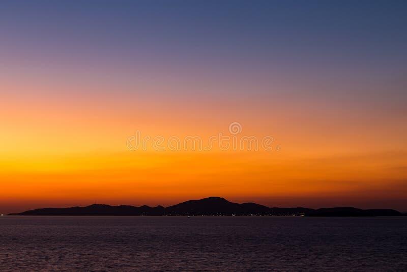 Ö och hav i solnedgångtid royaltyfri bild