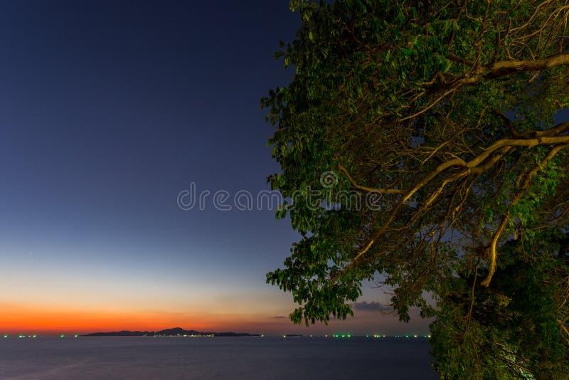 Ö och hav i solnedgångtid fotografering för bildbyråer