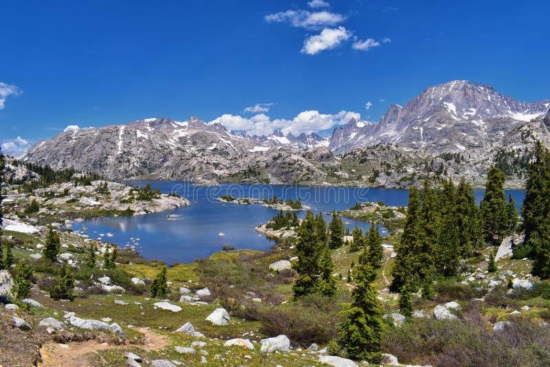 Ö sjö i det Wind River området, Rocky Mountains, Wyoming, sikter från fotvandring som fotvandrar slingan till den Titcomb handfat royaltyfria foton