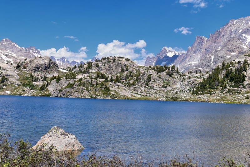 Ö sjö i det Wind River området, Rocky Mountains, Wyoming, sikter från fotvandring som fotvandrar slingan till den Titcomb handfat arkivfoto