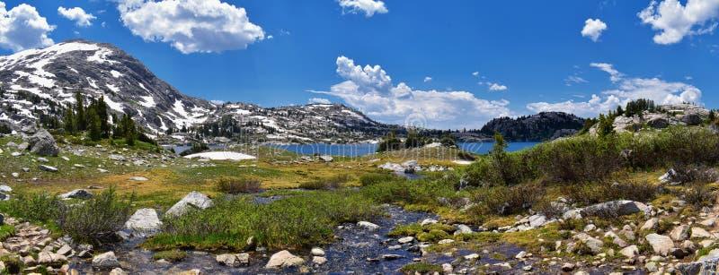 Ö sjö i det Wind River området, Rocky Mountains, Wyoming, sikter från fotvandring som fotvandrar slingan till den Titcomb handfat royaltyfri bild