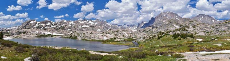 Ö sjö i det Wind River området, Rocky Mountains, Wyoming, sikter från fotvandring som fotvandrar slingan till den Titcomb handfat royaltyfri fotografi