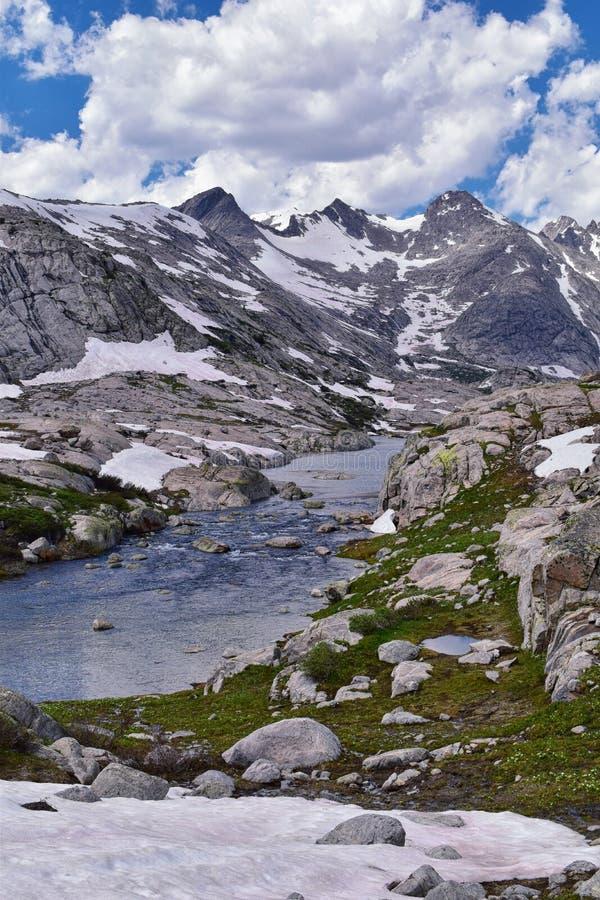 Ö sjö i det Wind River området, Rocky Mountains, Wyoming, sikter från fotvandring som fotvandrar slingan till den Titcomb handfat fotografering för bildbyråer