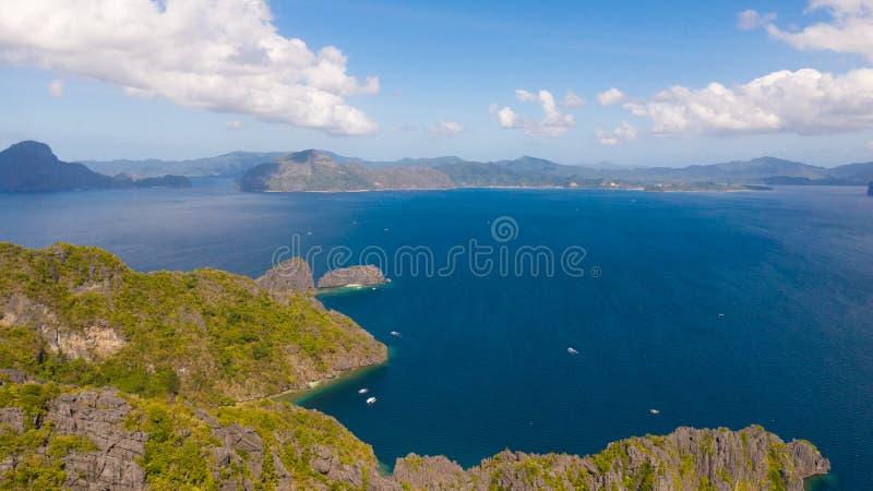 Öar med steniga kuster Grupp av tropiska öar, sikt från över royaltyfri fotografi