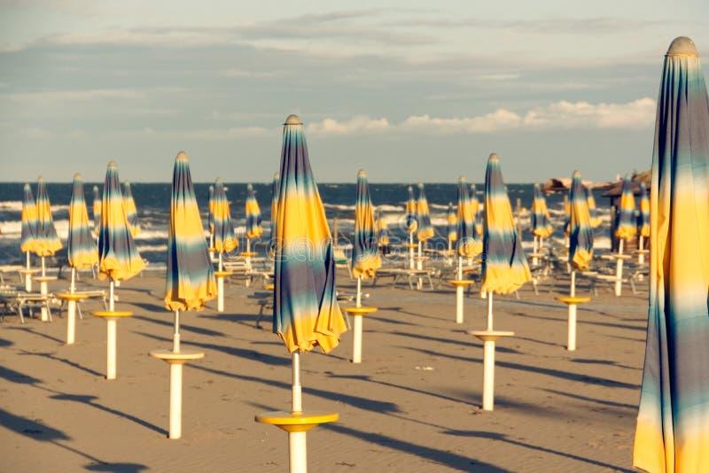 Öde bekväm strand på havskusten arkivfoton