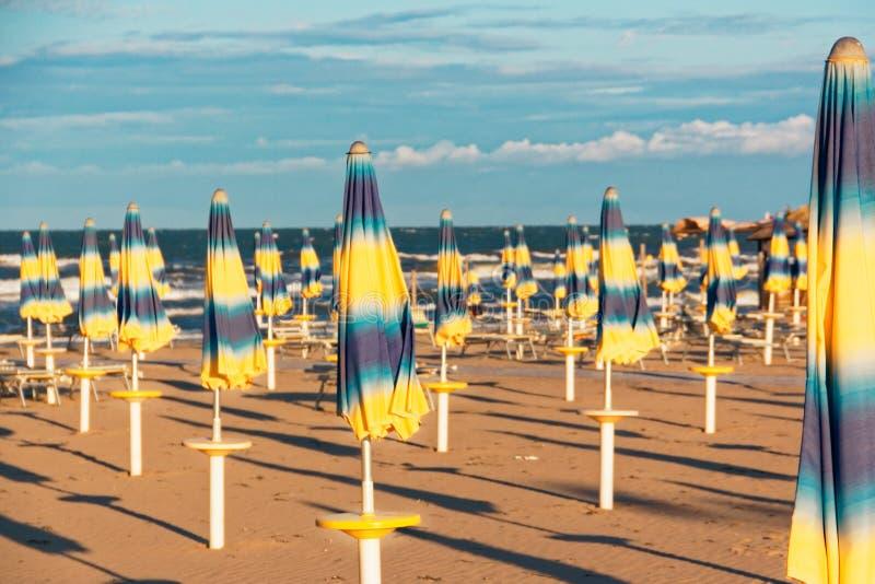 Öde bekväm strand på havskusten arkivbild