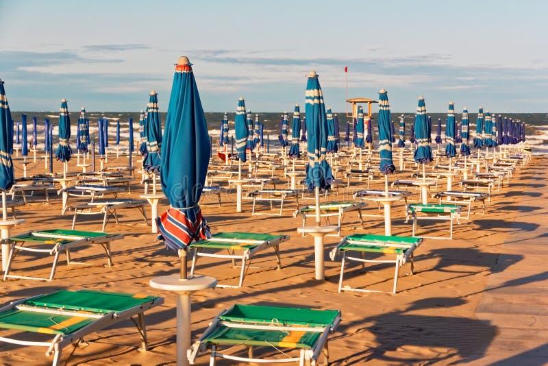 Öde bekväm strand på havskusten royaltyfri foto