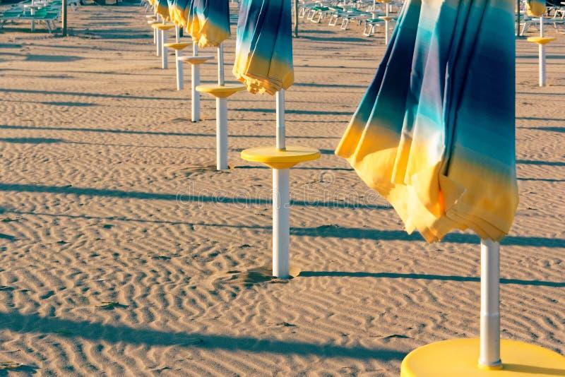 Öde bekväm strand på havskusten royaltyfri fotografi