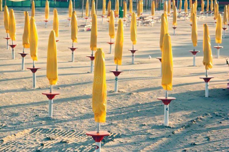 Öde bekväm strand på havskusten arkivfoto