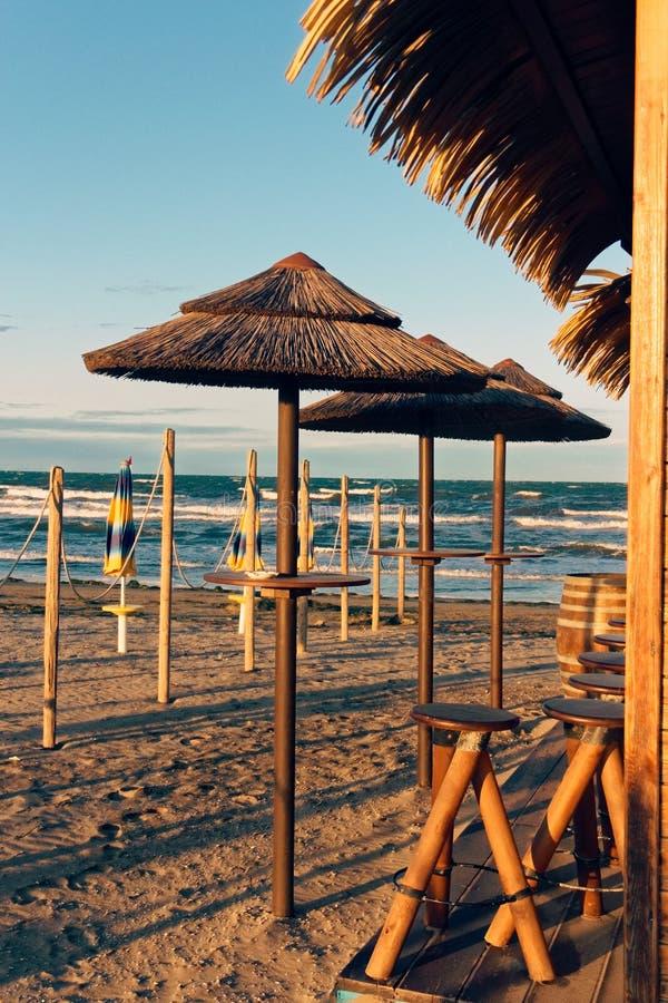 Öde bekväm strand på havskusten royaltyfri bild