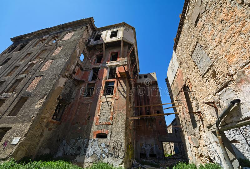 Öde för körning byggnader ner i Piraeus, Grekland arkivfoto