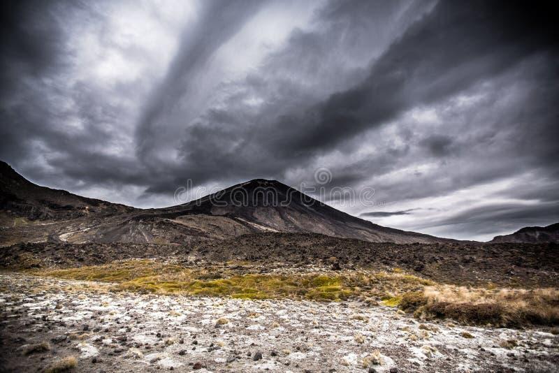 Öde för Mt NgauruhoeMt i den Tangariro nationalparken NZ royaltyfria bilder