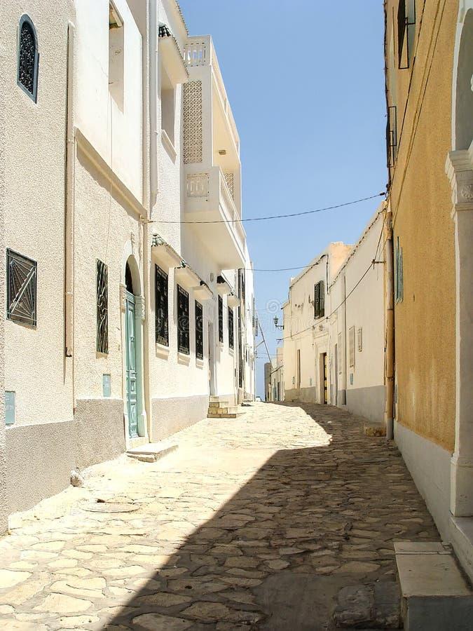Öde gata av Mahdia i gula signaler royaltyfria foton