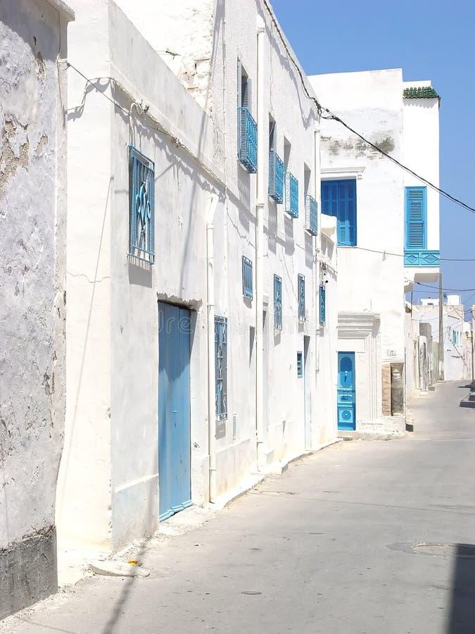 Öde gata av Mahdia med blåa dörrar och galler på wina royaltyfri foto