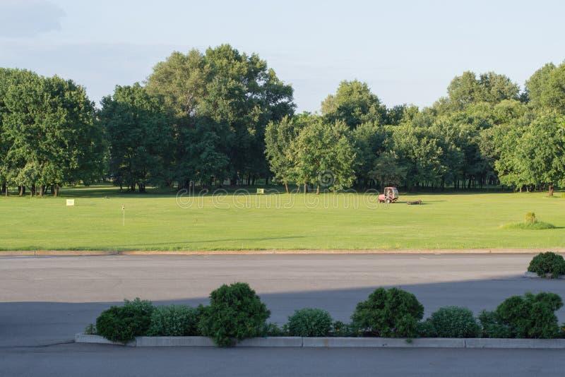 Öde golfbana för afton royaltyfri bild