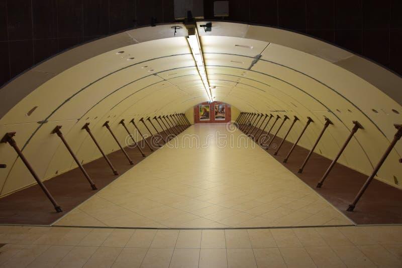 Öde korridor i det Sofia Metro systemet i Bulgarien arkivfoton