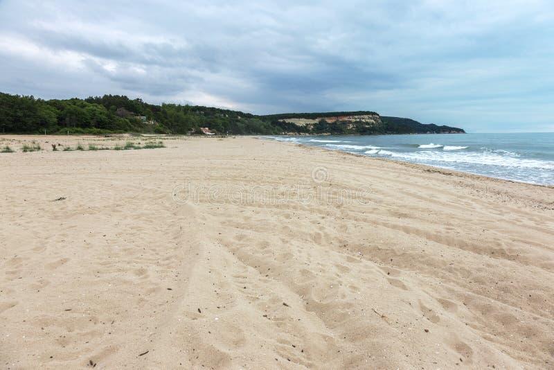 Öde lös strand utan folk Härlig lös strand med cl royaltyfri fotografi