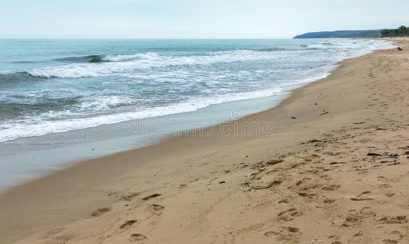 Öde lös strand utan folk Härlig lös strand med cl royaltyfria bilder