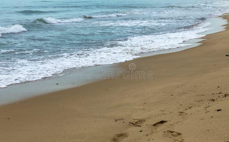 Öde lös strand utan folk Härlig lös strand med cl royaltyfria foton
