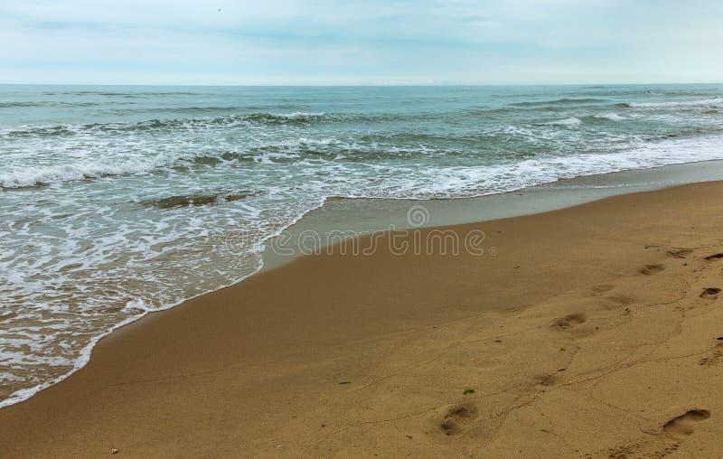 Öde lös strand utan folk Härlig lös strand med cl arkivbilder