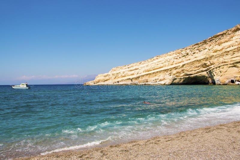 Öde Matala strand i en solig sommardag crete greece royaltyfri fotografi