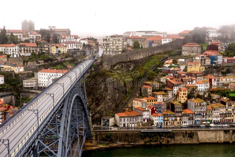 Öde Ponte Dom Luis som jag överbryggar i Porto på regnig dimmig dag royaltyfri bild