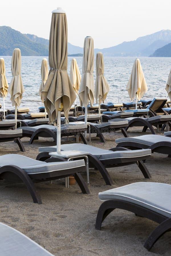 Öde sandig strand royaltyfria foton