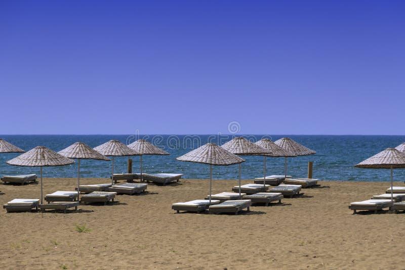 Öde sandig strand arkivfoto