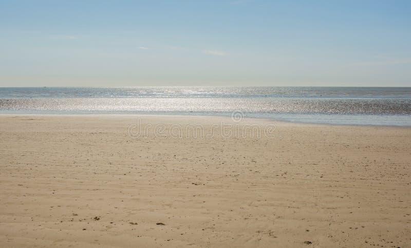 Öde sandig strand på Littlehampton, Sussex, England royaltyfri foto