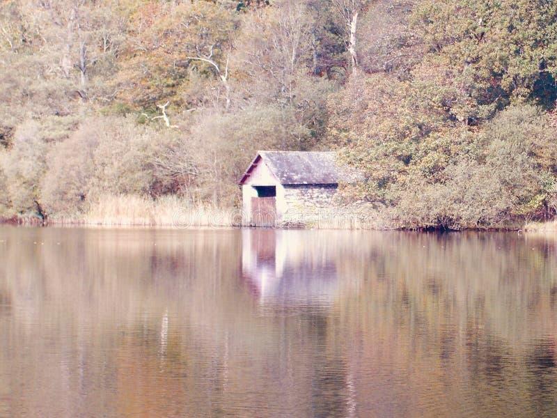 Öde sjöbod vid sjön arkivbilder