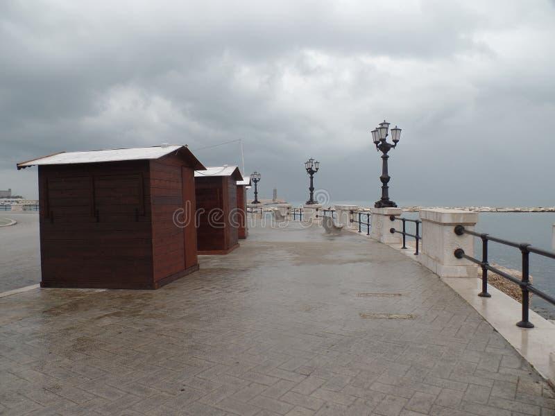 Öde stadsstrand i Bari, Italien, på en regnig dag arkivbilder