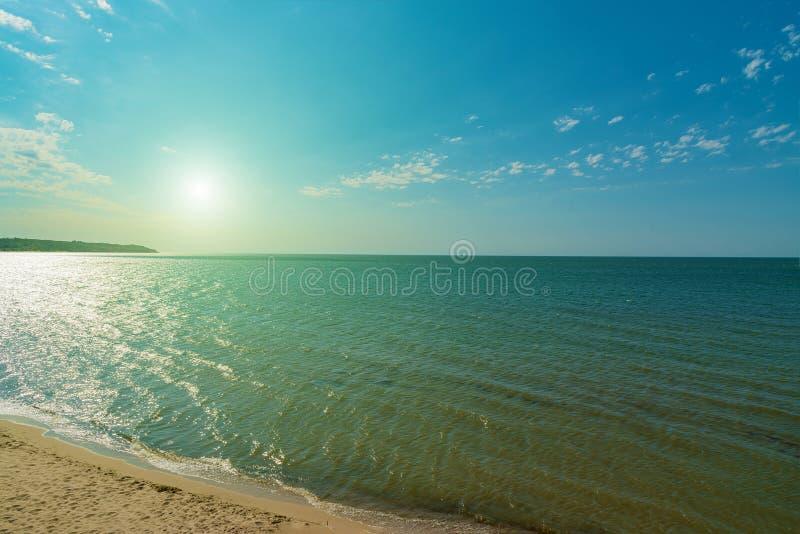 Öde strand för sommar på havet, sidosikt med solen från över arkivbilder