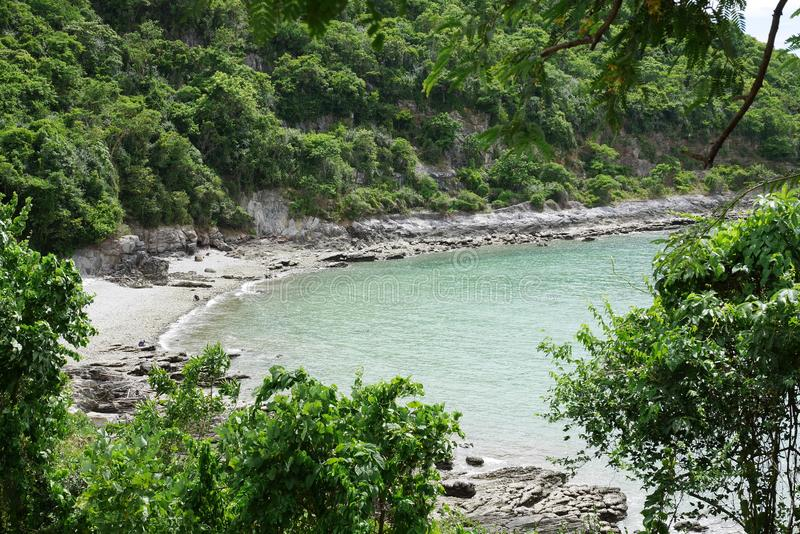 Öde strand i en avskild liten vik på en tropisk ö royaltyfria bilder