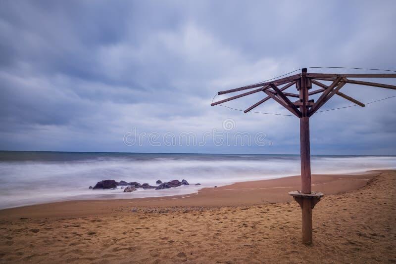 Öde strand i lågsäsongt arkivfoto