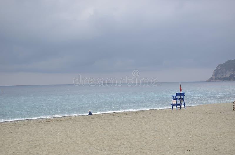 Öde strand i vår royaltyfria foton