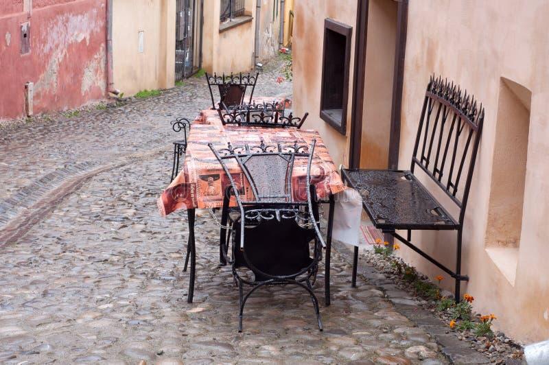 Öde tabell efter regn arkivbilder