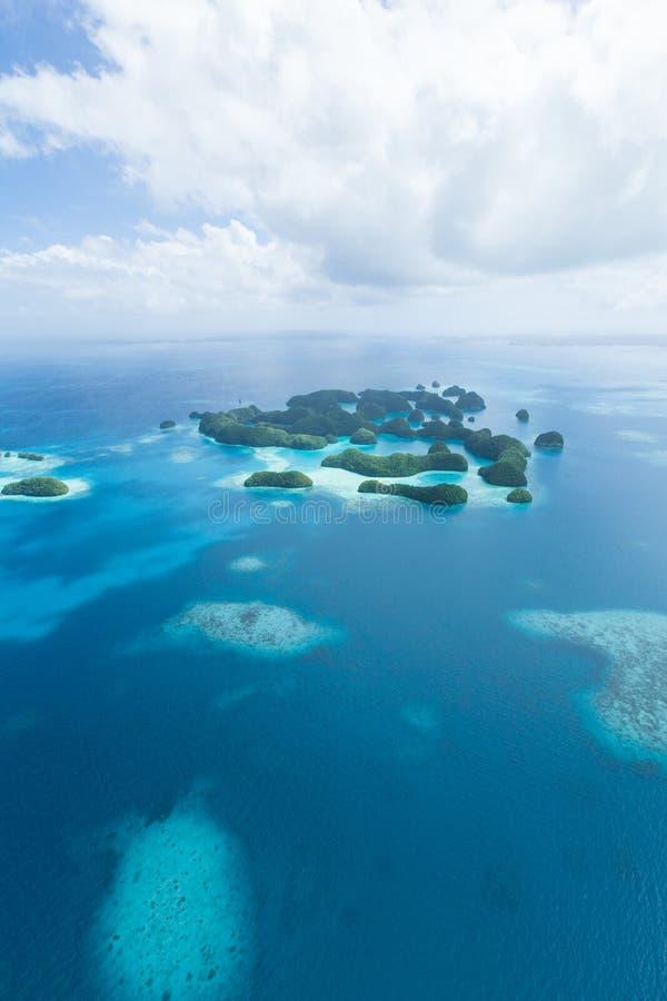Öde tropiska paradisöar från över, Palau arkivfoto