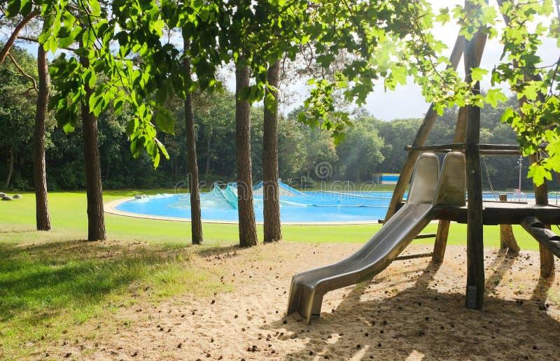 Öde utvändig simbassäng i en skog arkivbilder