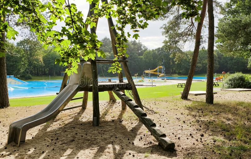 Öde utvändig simbassäng i en skog royaltyfri foto