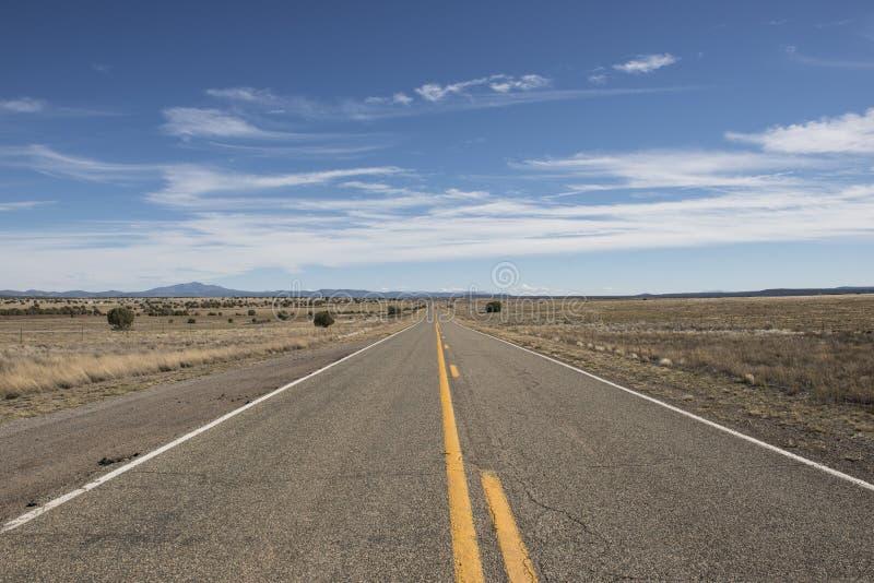 Öde väg i öknen, USA arkivfoton