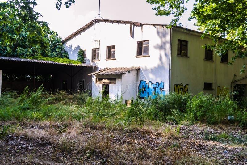 Ödelagd gammal byggnad med grafitti - Turkiet royaltyfri foto