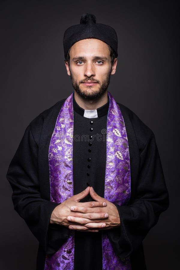 Ödmjuk katolsk präst royaltyfri foto