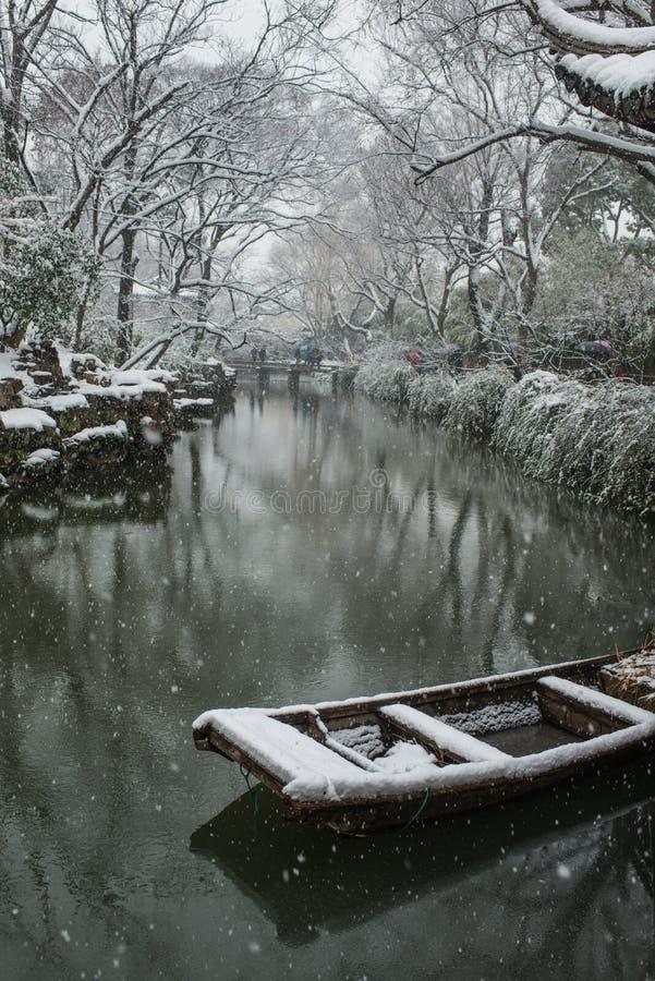 Ödmjukt administratörs trädgårddamm i snö, forntida suzhou, porslin arkivbilder