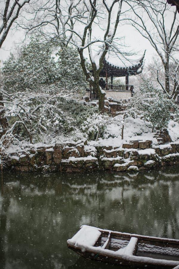 Ödmjukt administratörs trädgårddamm i snö, forntida suzhou, porslin royaltyfri bild
